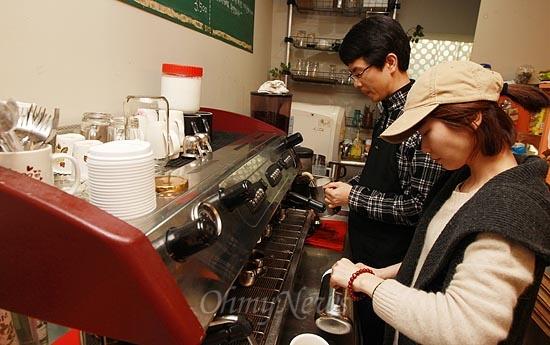 15일 오후 서울 서초구 서초동 남부터미널 인근에 위치한 협동조합 카페 '카페 오공'에서 카페 매니저 조정훈씨가 회원 박근희씨와 함께 손님이 주문한 음료를 만들고 있다. '카페 오공'은 단순히 음료만 사고파는 상업적 카페가 아니라, 소통과 관계 맺기로 청년의 자립을 도와주는 공간이다.
