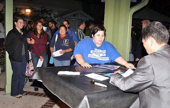 2012년 12월 28일 올랜도 엔지안에서 영화가 끝난 후 관객들이 김 사범의 사인을 받기 위해 줄을 서서 기다리고 있다.