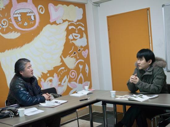 지난 18일 동작구 희망동네 사무실에서 인터뷰를 하고 있는 기자와 유호근 사무국장(오른쪽)