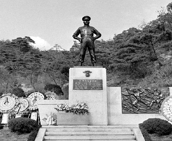사건 발생 이듬해인 1969년 최규식 전 종로경찰서장이 순직한 현장에 세워진 동상