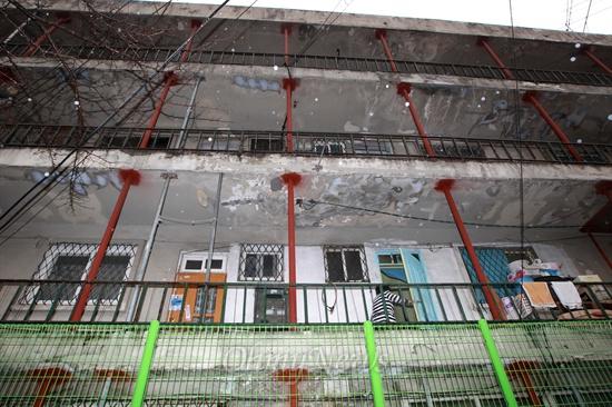 붕괴우려 수준인 'E등급'을 받은 서울 성북구 정릉스카이아파트 3동에 붕괴를 막기 위해 빨간 쇠기둥이 촘촘하게 층층이 박혀 있다. 이 건물에는 아직도 주민들이 살고 있다.