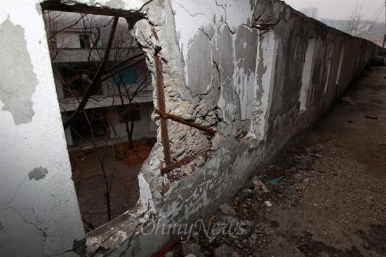 23일 오전 재난위험시설물로 지정되어 관리가 되지 않고 있는 서울 성북구 정릉스카이아파트 곳곳에서 시멘트가 떨어져나가고 시뻘겋게 녹슨 철근이 그대로 드러나 있다.