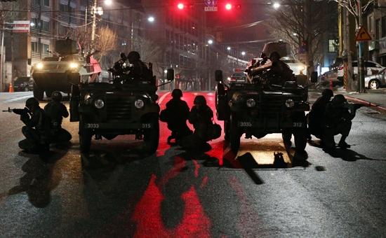 21일 새벽 서울 세검정 일대에서 육군 수도방위사령부 장병들이 북한군의 예상 가능한 각종 도발상황을 상정한 '리멤버 1.21훈련'을 벌이고 있다.