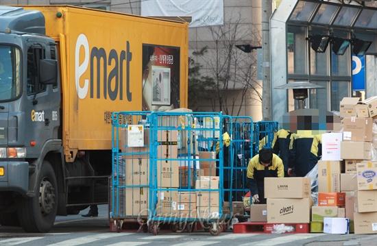 신세계그룹 이마트의 노조탄압 사례가 언론보도를 통해 알려지고 있는 가운데 25일 오후 서울 은평구 이마트 매장앞에서 직원들이 상품이 든 박스를 정리하고 있다.