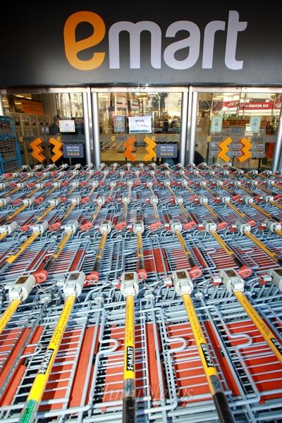 25일 오후 서울 은평구 이마트 매장 입구에 구입한 상품을 담는 카트가 세워져 있다.