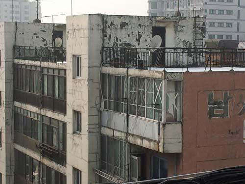 서울시 영등포구 신길동 남서울아파트. 베란다마다 녹이 슬어 녹물이 굳어있다. 아파트 벽면에는 동서남북으로 갈라진 자국이 선명하다. 페인트로 쓴 '남서울'이라는 세 글자는 빛이 바랬다.