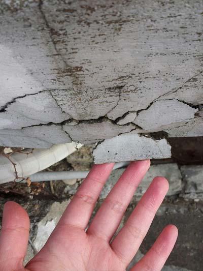 남서울아파트의 옹벽. 조금만 손을 갔다 대도 시멘트가 부서져 내렸다.