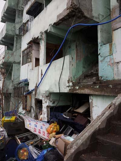 금화시범아파트 3동 입구. 이주한 사람들이 버리고 간 쓰레기들로 가득 차 있다. 아파트 관리는 전혀 이뤄지고 있지 않았다.