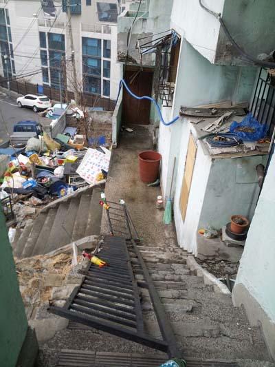 금화시범아파트 안을 둘러보고 내려 오는 길. 계단이 다 부서져 내려 가기도 힘이 들었다. 난간은 이미 부러져 누워 있었다.