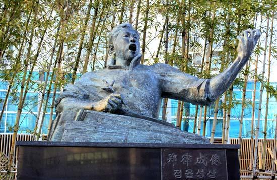 광주에 있는 '정율성 거리전시관' 입구에 서있는 정율성상. 이 흉상은 중국에서 만들어 그의 생가가 있는 광주로 보냈다.