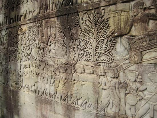바욘 사원의 벽면 부조, 이 부조를 통해 당시의 생활상을 알 수 있다.