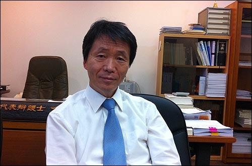 <브레이크 없는 벤츠>의 저자 김용원 변호사.