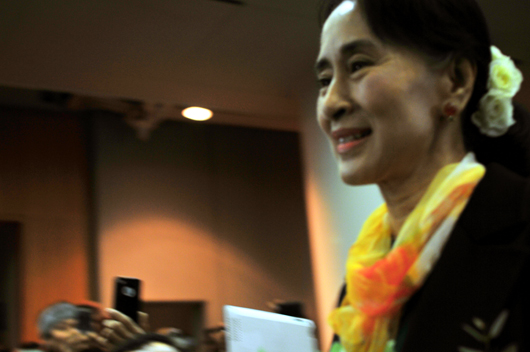 아웅산 수지 여사가 지난 1일 김대중도서관 지하 컨벤션홀에서 열린 '재한 버마인과 대화'에 참여하려고 행사장에 들어서고 있다.