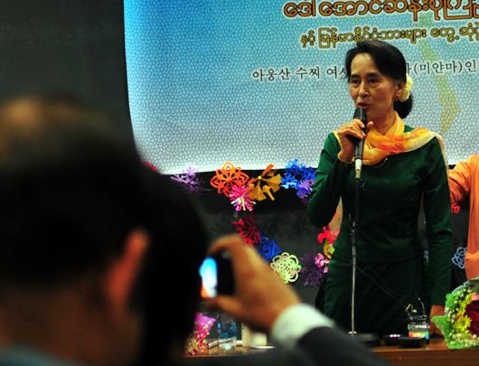 민족민주동맹코리아가 지난 1일 오전 10시 김대중도서관 지하 홀에서 개최한 '버마인과 대화'에 참여한 아웅산 수지 여사가 모두 발언을 하고 있다.