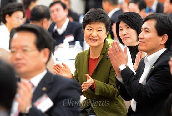 박근혜 대통령 당선인이 6일 오후 서울 용산구 효창동 백범기념관에서 열린 제2차 새누리당 국회의원·당협위원장 연석회의에 참석해 '2013, 국민 그리고 미래'를 주제로 한 영상을 시청 한 후 박수를 치고 있다.