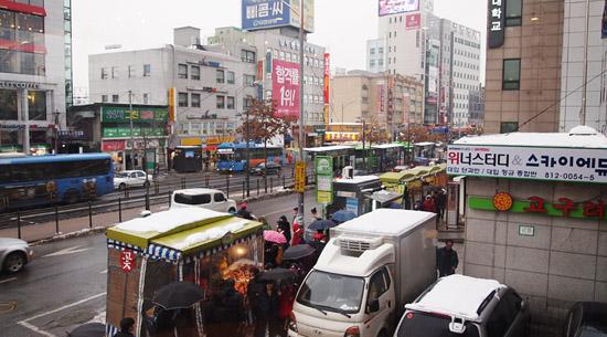 노량진역 근처 길거리 모습.