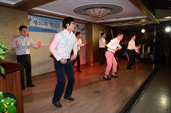 말춤 평소 호랑이로 불리는 남자 선생님들이 제자들을 위하여 말춤을 추고 있다