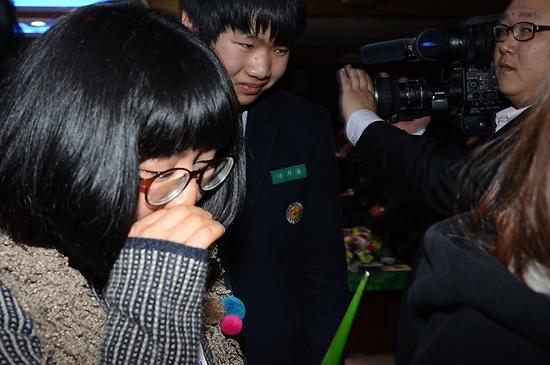 울음 졸업식에서 선생님과의 이별을 아쉬워 하며 우는 아이들