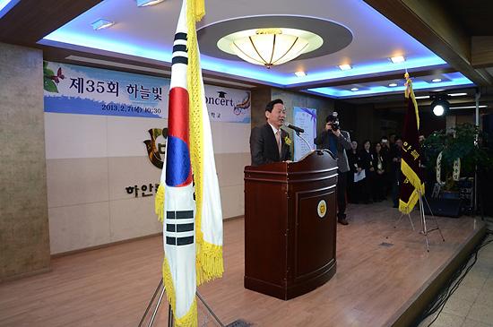 김상곤 경기도 교육청 김상곤 교육감이 아이들 졸업을 축하해 주고 있다