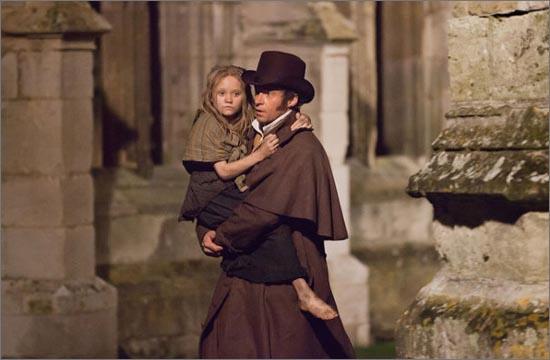 뮤지컬 영화 <레 미제라블> 한 장면. 장 발장은 판틴의 딸인 코제트를 구해 수양딸로 삼고 자신의 전재산을 모두 물려준다.