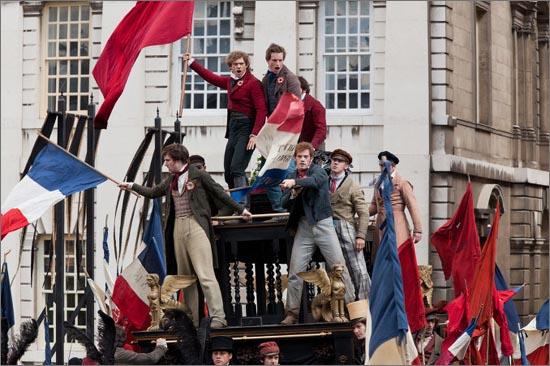뮤지컬 영화 <레 미제라블> 한 장면. 원작은 프랑스 대혁명 이후 19세기 민주주의의 후퇴와 민중들의 피폐해진 삶을 다루고 있다.