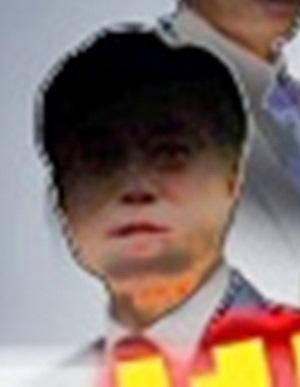8일 MBC <뉴스데스크> 방송 화면서 문재인 의원이라 추정되는 남성의 얼굴만을 밝게 처리한 것.