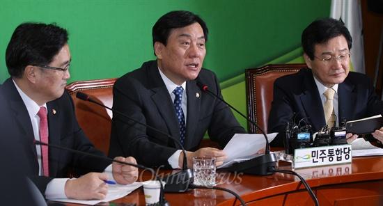 민주통합당 박기춘 원내대표가 12일 오전 국회에서 열린 원내대책회의에서 모두발언을 하고 있다.