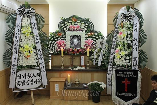 한국의 1세대 다큐멘터리 사진작가 꼽히는 원로 사진작가 최민식 씨가 향년 85세의 나이로 12일 부산 대연동 자택에서 별세했다. 고인의 빈소는 부산 성모병원 장례식장에 마련됐다.