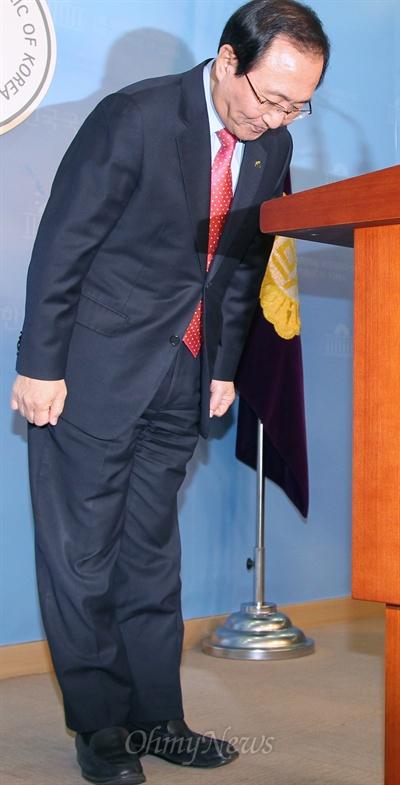 이른바 '떡값 검사' 실명 공개로 기소돼 대법원 판결로 의원직을 상실한 노회찬 진보정의당 공동대표가 14일 대법원 판결에 대한 입장을 밝힌뒤 인사하고 있다.