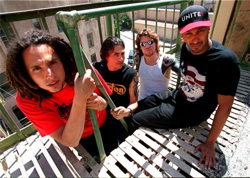 랩과 메탈을 결합한 앨범으로 빌보드에서 폭발적인 반응을 끌어냈던 밴드 레이지 어게인스트 더 머신(Rage Against the Machine)은 앨범을 발매할 때마다 투쟁 대상을 함께 발표하며 재야 시민운동을 주도해왔다.