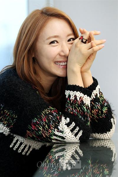 신곡 <너 정말 못됐구나>를 발표한 가수 장희영이 31일 오후 서울 상암동 오마이스타 사무실에서 인터뷰에 앞서 미소를 짓고 있다.