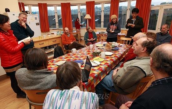 <오마이뉴스> '마을의 귀환' 기획 취재팀이 16일 오전 영국 스트라우드(Stroud) 지역에서 '스프링힐 코하우징(Springhill Cohousing)'을 하고 있는 마을을 찾아 주민들과 함께 이야기를 나누고 있다. 이곳에 입주한 주민들은 '커먼 하우스(Common House)'라는 공유공간에서 일주에 세번(수,목,금요일) 의무적으로 저녁 음식을 만들어 함께 식사하며 친교의 시간을 갖는다.