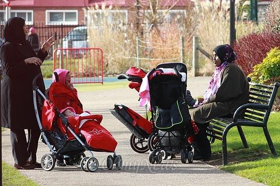 15일 오후 영국 브리스톨(Bristol) 주민들이 놀이터에서 산책하며 이야기를 나누고 있다. 브리스톨 지역은 노동당 블레어 정부 시절 가장 낙후된 지역으로 선정돼 '커뮤니티 뉴딜(New Deal for Community)'사업으로 10년간 지원을 받았다.