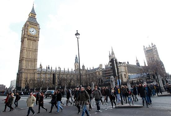 13일 오전 영국 런던 의회의사당 앞에서 시민과 관광객들이 분주히 이동하고 있다. 영국의 마을공동체의 선진사례를 통해 도시재생 및 지역 활성화의 대안과 아이디어를 어떻게 적용할 것인지 주목할 필요가 있다.