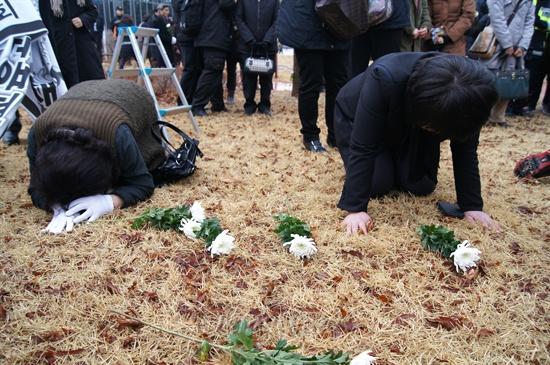 오열하는 대구지하철 참사 유가족들 대구지하철참사 유족들이 18일 팔공산 시민안전테마파크에 있는 위령탑 앞 잔디밭에서 헌화한 뒤 엎드려 흐느끼고 있다. 대구지하철참사는 지난 2003년 2월 18일 대구 중구 남일동 중앙로역에서 발생한 방화로 인한 참사로 192명이 사망했다.