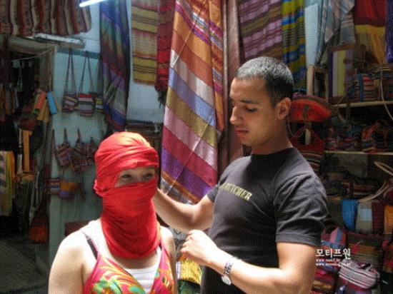 카페트를 파는 곳에서 남 사하라 지역에 사람들이 스카프를 두르는 방법을 직접 보여줬다.