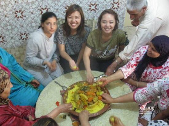 금요일 마다 먹는 모로코 전통음식 쿠스쿠스. 야채와 함께 손으로 동그랗게 만들어서 먹는다.