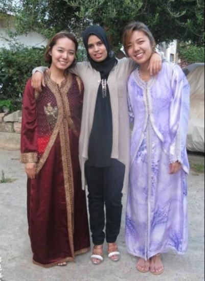 결혼식에 참석하기 위해 전통 복장을 입은 나와 언니