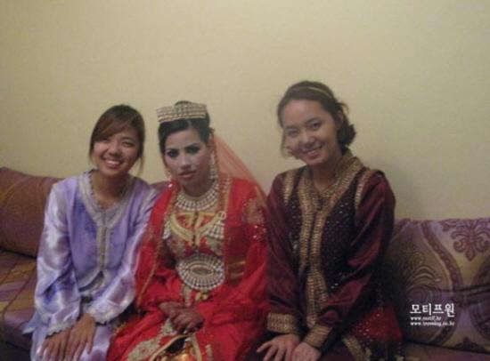 오늘 결혼식의 주인공인 신부와. 신부는 손의 헤나와 화려한 화장과 전통의상으로 결혼식에 임한다.