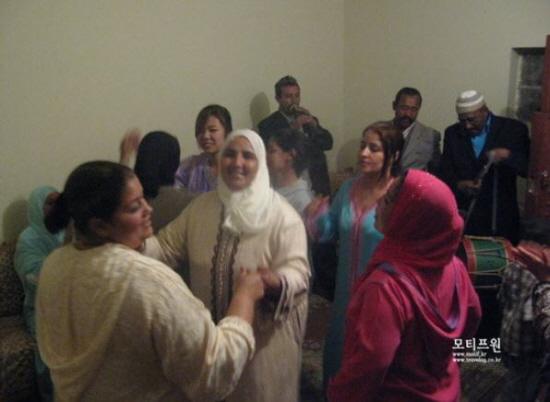 밤새 진행되는 결혼식에서 빠질 수 없는 건 가족들과 하객들의 춤이다.