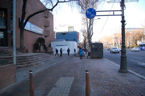 이화동에서 혜화역에 이르는 자전거 보행자 겸용 도로 서울시 자전거 정책 홈페이지(bike.seoul.go.kr)에 자전거 보행자 겸용 도로로 표시돼 있는 지역 중에 한 곳이다. 그러나 실제로 보면 평범한 인도일 뿐이다. 게다가 혜화역으로 접어들수록 사람이 너무 많고, 각종 장애물과 상가에서 내놓은 물건들로 자전거가 다니기엔 부적합해 보인다.