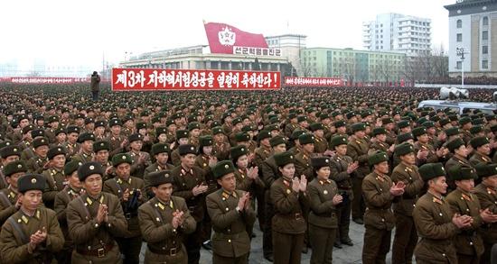 2013년 2월 14일 평양 김일성광장에서 제3차 지하 핵실험의 성공을 축하하는 '평양군민연환대회'가 열리고 있다.
