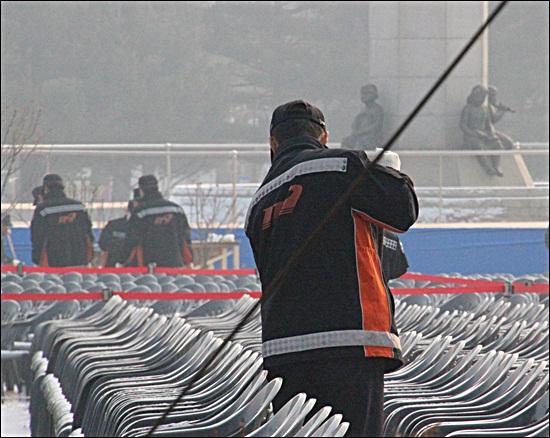 22일 오전, 소방관들이 박근혜 당선인 취임식장에 쌓인 눈을 치우고 있다.
