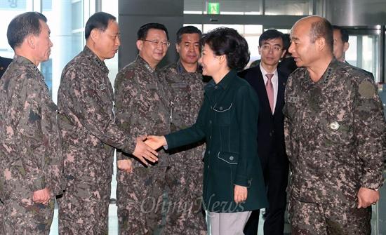 박근혜 대통령 당선인이 22일 오전 서울 용산 합동참모본부를 방문해 정승조 합참의장, 김관진 국방장관의 영접을 받고 있다.