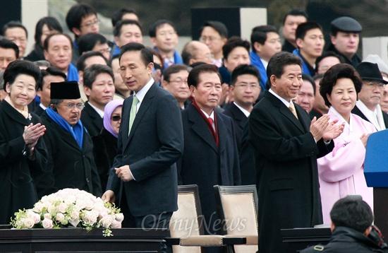 이명박 대통령이 25일 오전 서울 여의도 국회앞마당에서 열린 제17대 대통령 취임식에서 취임 선서를 마친 뒤 자리로 돌아가고 있다.
