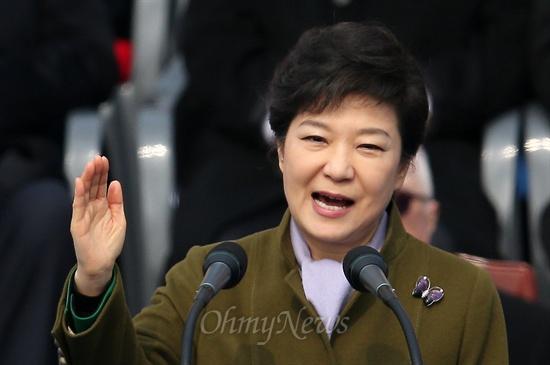 취임사하는 박근혜 대통령 박근혜 대통령이 25일 오전 여의도 국회에서 열린 제18대 대통령 취임식에서 취임사를 하고 있다.