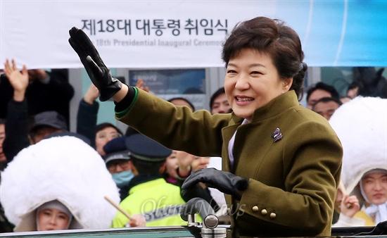 카퍼레이드하는 박근혜 대통령 박근혜 대통령이 25일 여의도 국회에서 제18대 대통령 취임식을 마친 뒤 카퍼레이드를 하고 있다.