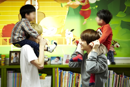 EXO-K의 세훈과 디오가 아이들을 목말을 태우고 있다.