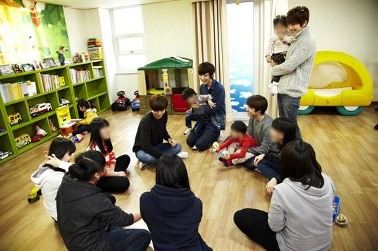 EXO-K 멤버들이 이든아이빌의 아이들과 공기 대결을 벌이고 있다. 지금은 카이의 차례다.
