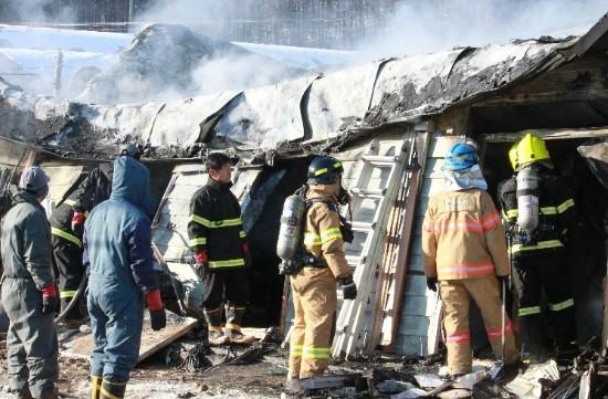 지난해 12월 초 관인면에서 발생한 화재에서 함께 잔불처리중인 의용소방대원들. 이들은 지역지리를 잘 안다는 장점이 있지만, 전문적으로 화재진압 교육을 받은 인력은 아니라는 단점도 있다.